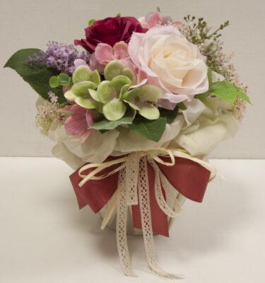 Composizione con rose e ortensia artificiali